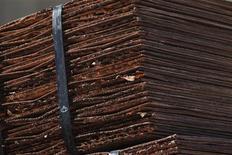 Un tren cargado con cátodos de cobre a la salida de la mina de Chuquicamata, Chile, abr 1 2011. Barclays elevó su previsión para los precios del cobre en el 2014 a 6.750 dólares frente a los 6.400 dólares anteriores, al citar un balance en el mercado más ajustado a lo esperado ante las compras de China. REUTERS/Ivan Alvarado