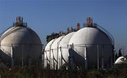 Tanques con gas liquiado en la planta procesadora General Belgrano de YPF en San Justo, Argentina, abr 19 2012. Argentina llamó a una licitación para adquirir 25 cargamentos de gas natural licuado (GNL) con entrega en el 2014, dijo el jueves a Reuters una fuente de la industria. REUTERS/Marcos Brindicci