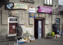 Женщины торгуют на улице украинского города Пустомыты в Львовской области 31 октября 2013 года. Европейский Союз обсуждает с Международным валютным фондом возможность предоставления Украине кредита stand-by, в случае если страна попадет под экономическое давление России в этом году, сказали Рейтер высокопоставленные чиновники ЕС. REUTERS/Gleb Garanich