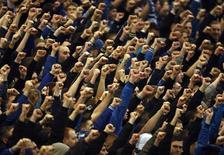 """Болельщики """"Шальке-04"""" поддерживают свою команду в матче чемпионата Германии против дортмундской """"Боруссии"""" в Гельзенкирхене 9 марта 2013 года. REUTERS/Ina Fassbender"""