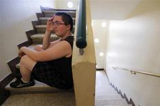 Памела, 21-летняя безработная, сидит на лестнице в подъезде своего дома в Сан-Флорине, Франция 9 июля 2013 года. Стремление обзавестись собственным жильем грозит лишить вас работы, выяснили британские ученые, которые исследовали зависимость между домовладением и занятостью в США и пришли к выводу, что отказ от найма квартиры в пользу покупки снижает мобильность рабочей силы и сдерживает развитие бизнеса. REUTERS/Regis Duvignau