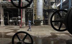Рабочий на НПЗ в китайском городе Ухань в провинции Хубэй 23 марта 2012 года. Цена нефти Brent держится вблизи $109 за баррель после новости о стремительном росте производственной активности в Китае. REUTERS/Stringer