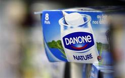 Йогурт Danone на полке супермаркета во французском городе Лантон 30 августа 2013 года. Французский холдинг Danone станет соинвестором компании Дамате Наума Бабаева в строительстве молочных комплексов в Тюменской области и Башкортостане, вложения в которые компания ранее оценивала в 14,4 миллиарда рублей, и станет единственным покупателем их продукции. REUTERS/Regis Duvignau
