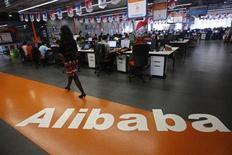 Foto de arquivo de funcionária caminhando sobre logo da Alibaba Group em sua sede nos arredores de Hangzhou, na China. A afiliada de pagamentos online do Alibaba Group, maior empresa de comércio eletrônico da China, será reestruturada para atrair novos investidores estratégicos, em uma mudança que reduzirá a fatia do fundador da Alibaba, Jack Ma, na afiliada. 17/05/2010. REUTERS/Stringer