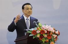 """O primeiro-ministro da China Li Keqiang fala durante cerimônia de abertura de conferência em Pequim, na China. A economia da China manterá crescimento em ritmo médio a alto nos próximos anos, disse Li nesta sexta-feira, prometendo conduzir a segunda maior economia do mundo em um caminho de """"amplas reformas"""". 01/11/2013. REUTERS/Jason Lee (CHINA - Tags: BUSINESS POLITICS) - RTX14WCM"""