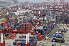 La zona de contenedores del puerto de Qingdao en Qingdao, China, sep 2 2011. La naviera estatal china Shandong Shipping Corporation firmó un acuerdo por 500 millones de dólares con la minera brasileña Vale SA para operar cuatro de sus gigantescos cargueros de mineral de hierro, según la agencia oficial de noticias Xinhua. REUTERS/Stringer