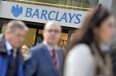 La banque britannique Barclays a mis à pied plusieurs traders dans le cadre d'une série d'enquêtes sur des soupçons de pratiques frauduleuses sur le marché des changes, a-t-on appris de source bancaire. /Photo prise le 30 octobre 2013/REUTERS/Toby Melville