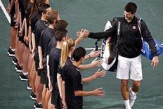 O sérvio Novak Djokovic cumprimenta garotos após derrotar o espanhol David Ferrer na final do Masters de Paris, França. 3/11/2013 REUTERS/Charles Platiau