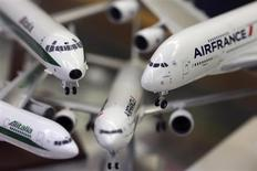 Scale models of Alitalia and Airfrance airplanes are displayed at a shop selling models of vehicles in Rome October 31, 2013. REUTERS/Alessandro Bianchi