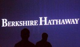 Berkshire Hathaway, à suivre lundi sur les marchés américains. Le groupe de l'investisseur américain Warren Buffett a annoncé une hausse de 29% de son bénéfice net trimestriel mais des résultats opérationnels inférieurs aux attentes. /Photo prise le 4 mai 2013/REUTERS/Rick Wilking
