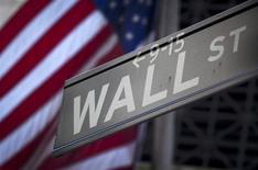La Bourse de New York a ouvert en hausse, sur sa lancée après quatre semaines consécutives de progression qui ont permis à ses indices phares d'enchaîner les records. Quelques minutes après le début des échanges, le Dow Jones gagnait 0,27%, le Standard & Poor's 500 progressait de 0,33% et le Nasdaq Composite prenait 0,25%. /Photo prise le 28 octobre 2013/REUTERS/Carlo Allegri