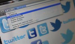 Twitter a revu à la hausse la fourchette de prix de son introduction en Bourse. Le réseau social américain prévoit désormais de fixer le prix de vente de ses actions entre 23 et 25 dollars, contre 17 à 20 dollars prévus initialement. /Photo prise le 21 octobre 2013/REUTERS/Kai Pfaffenbach