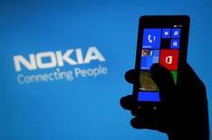 Mulher posa com smartphone Nokia Lumia no centro da cidade bósnia de Zenica, na Bósnia e Herzegovina. A finlandesa Nokia disse nesta segunda-feira que a Samsung Electronics havia estendido por cinco anos um acordo de licença de patente de telefones entre as duas empresas. 06/05/2013. REUTERS/Dado Ruvic
