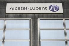Logo da Alcatel-Lucent é visto no edifício da companhia, em Rennes, França. A fabricante deficitária de equipamentos de telecomunicações Alcatel-Lucent lancará um aumento de capital de 955 milhões de euros (1,29 bilhão de dólares) e emitirá 750 milhões de dólares em títulos com alto rendimento para reforçar seu balanço, em meio ao que seu presidente-executivo chama de um último esforço para salvar a empresa. 15/10/2013. REUTERS/Stephane Mahe