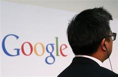 Un hombre junto a un logo de Google en Hong Kong, nov 4 2013. Google dijo el lunes que invertirá otros 450 millones de euros (607 millones de dólares) en los próximos años en un centro de datos en el sudeste de Finlandia, un impulso para una nación que atraviesa dificultades con el declive de Nokia y la debilidad de los sectores papelero y acerero. REUTERS/Bobby Yip