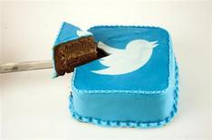 Торт с логотипом соцсети Twitter в пекарне в Скопье 10 сентября 2013 года. Twitter Inc повысил в понедельник верхнюю границу ценового коридора IPO на 25 процентов и намерен закрыть книгу заявок на день раньше, что указывает на высокий спрос инвесторов. REUTERS/Ognen Teofilovski