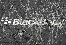 Логотип Blackberry, снятый сквозь разбитое стекло, в Зенице 24 сентября 2013 года. BlackBerry Ltd в понедельник отказалась от плана продажи компании и объявила об уходе в отставку генерального директора, после чего инвесторы, считающие, что у производителя смартфонов осталось не так много вариантов развития, обрушили его акции на 16 процентов. REUTERS/Dado Ruvic