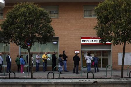 People wait to enter a government-run employment office in Madrid October 2, 2013. REUTERS/Susana Vera