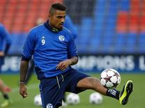 Schalke 04's Kevin-Prince Boateng controls the ball during a training session in Basel September 30, 2013. REUTERS/Ruben Sprich