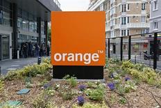Vers 12h30, le titre Orange (-4,33%) accuse la plus forte baisse des indices CAC 40 (- 0,42%) et Stoxx du secteur européen des télécoms (-0,56%), pénalisé par une offre internet à prix réduit lancée par B&You, la gamme low-cost de Bouygues Telecom, des investisseurs craignant une nouvelle guerre des prix dans le secteur. /Photo prise le 17 juin 2013/REUTERS/Charles Platiau