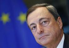 Mario Draghi, président de la Banque centrale européenne, estime que l'économie de la zone euro se reprend progressivement, tout en notant que les taux d'intérêt que doivent payer ménages et entreprises varient beaucoup d'un pays à l'autre. /Photo prise le 23 septembre 2013/REUTERS/Yves Herman