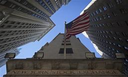 Wall Street a ouvert en légère baisse mardi, après avoir accumulé de nouveaux gains sur les deux séances précédentes, les intervenants de marché attendant la publication du seul indicateur macro-économique du jour, l'indice ISM des services. Après environ un quart d'heure de transactions, le Dow Jones perdait 0,42%, le S&P-500 reculait de 0,38% et le Nasdaq cédait 0,27%. /Photo prise le 14 octobre 2013/REUTERS/Carlo Allegri