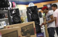 Unos clientes al interior de una tienda de la cadena Casas Bahía en Sao Paulo, feb 7 2013. La actividad en el sector de servicios de Brasil subió a un máximo nivel en ocho meses en octubre, mostró el martes un informe, incrementando las esperanzas de un repunte de la mayor economía de Latinoamérica en el cuarto trimestre. REUTERS/Nacho Doce