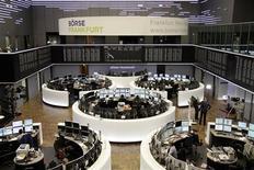 Unos operadores en sus estaciones de trabajo en la Bolsa de Fráncfort, Alemania, oct 31 2013. Las acciones europeas retrocedieron el martes desde máximos de cinco años, lideradas por los sectores automotriz y asegurador tras más resultados de compañías de peso que no cumplieron con las expectativas. REUTERS/Remote/Stringer