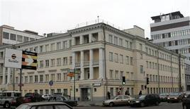 Вид на офис Вымпелкома в Москве 11 ноября 2005 года. Чистая прибыль телекоммуникационной группы Вымпелком в третьем квартале 2013 года снизилась в годовом выражении на 53 процента до $255 миллионов из-за снижения доналоговой прибыли и роста налоговых затрат, сообщила компания в среду. REUTERS/Viktor Korotayev