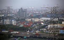 Вид на новую зону свободной торговли Шанхай в районе Пудун в Шанхае 29 сентября 2013 года. Китай думает об использовании международного права, чтобы вдохнуть жизнь в зоны свободной торговли и продвинуть использование юаня в мировой торговле. REUTERS/Carlos Barria