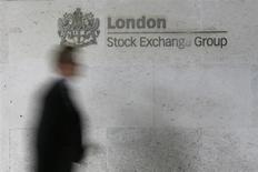 Мужчина проходит мимо логотипа Лондонской фондовой биржи в Сити 11 октября 2013 года. Европейские фондовые рынки растут за счет неожиданно высоких квартальных показателей ряда компаний. REUTERS/Stefan Wermuth