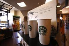 """Starbucks a annoncé son intention d'embaucher au moins 10.000 vétérans et conjoints de militaires américains au cours des cinq prochaines années, Robert Gates, ancien secrétaire à la Défense et désormais l'un des administrateurs de Starbucks, évoquant """"l'un des viviers de talents les moins employés de notre pays"""". /Photo prise le 25 juillet 2013/REUTERS/Mario Anzuoni"""