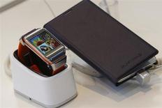 Samsung Electronics, soucieux d'apaiser des investisseurs peu convaincus par l'évolution du cours de son action, veut doubler le rendement du dividende et investir dans de nouvelles technologies et le marketing pour prendre l'ascendant sur le fabricant d'iPhone et d'iPad dans le segment mobile. /Photo prise le 4 septembre 2013/REUTERS/Brendan McDermid