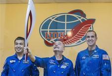 Tripulação da Estação Espacial Internacional posa para foto com a tocha olímpica da Olimpíada de Inverno de Sochi 2014, no cosmódromo de Baikonur, na Rússia. Dois cosmonautas russos vão levar esta semana a tocha olímpica para uma primeira caminhada espacial, em uma exibição espetacular para os Jogos de Inverno Sochi-2014. 6/11/2013. REUTERS/Shamil Zhumatov