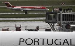 Un avión de Avianca en el aeropuerto de Guarulhos en Sao Paulo, Brasil, dic 19 2012. Las acciones del grupo latinoamericano de aerolíneas Avianca Holding en Estados Unidos se estrenaban el miércoles con una baja cercana al 5 por ciento respecto de su precio de colocación. REUTERS/Paulo Whitaker