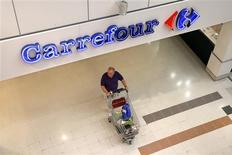 Carrefour est en négociations très avancées avec Klépierre pour lui racheter plus de cent galeries marchandes installées en France, en Espagne et en Italie pour un prix de 1,7 milliard d'euros, selon Le Figaro. /Photo d'archives/REUTERS/Charles Platiau