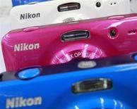Цифровые камеры Nikon в Токио 9 августа 2013 года. Полугодовая прибыль производителя фотоаппаратов Nikon Corp упала почти на 40 процентов из-за резкого падения спроса среди фотолюбителей, начавшего усиливаться в прошлом году быстрее, чем ожидалось. REUTERS/Yuriko Nakao