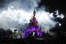 Euro Disney, qui exploite le parc Disneyland Paris, a préservé ses ventes et réduit sa perte en 2012-2013, le groupe de loisirs ayant partiellement compensé la baisse de fréquentation de ses parcs à thème et de ses hôtels par une augmentation du budget moyen par visiteur. /Photo d'archives/REUTERS/Benoît Tessier