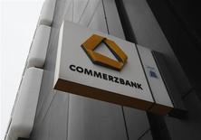 Логотип Commerzbank у отделения банка в Дортмунде 24 января 2013 года. Прибыль Commerzbank в третьем квартале 2013 года выросла на 15 процентов, поскольку банк выделил меньше денег на покрытие убытков от проблемных кредитов. REUTERS/Ina Fassbender