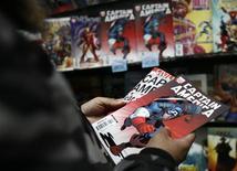 Мужчина держит журналы комиксов в магазине в Нью-Йорке 7 марта 2007 года. Издательство Marvel Comics обратило внимание на изменение контингента в среде своих читателей и создало нового супергероя: проживающую в Америке 16-летнюю мусульманку по имени Камала Хан. REUTERS/Shannon Stapleton