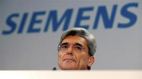Siemens devrait commencer à rattraper ses grands concurrents en termes de rentabilité, sous la houlette de son nouveau président du directoire, Joe Kaeser (photo), alors que ses efforts de réduction de coûts commencent à porter leurs fruits. Le bénéfice par action du conglomérat industriel devrait augmenter d'au moins 15% en 2013-2014 par rapport à celui de 5,08 euros réalisé en 2012-2013. /Photo prise le 7 novembre 2013/REUTERS/Tobias Schwarz