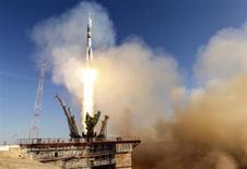 """Foguete russo Soyuz TMA-11M, decorado com pinturas de flocos de neve, decola da plataforma de lançamento, no centro aeroespacial de Baikonur, 7 de novembro de 2013. Uma tripulação de três homens decolou com sucesso nesta quinta-feira em direção ao espaço levando a tocha olímpica, que será carregada em uma caminhada espacial anunciada como uma demonstração """"espetacular"""" para a Olimpíada de Inverno de 2014 em Sochi, na Rússia. 07/11/2013 REUTERS/Shamil Zhumatov"""