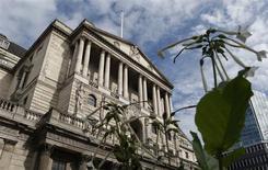 La Banque d'Angleterre (BoE) a, sans surprise, laissé sa politique monétaire inchangée jeudi, s'en tenant ainsi à son engagement de maintenir ses taux à un niveau très bas jusqu'à que la reprise économique du pays soit plus solidement ancrée. /Photo prise le 19 septembre 2013/REUTERS/Suzanne Plunkett