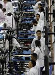 Рабочие собирают телефоны Motorola на заводе в Форт-Уэрт, США 10 сентября 2013 года. ВВП США в третьем квартале 2013 года вырос на 2,8 процента к аналогичному периоду 2012 года, сообщило министерство торговли со ссылкой на предварительные данные. REUTERS/Mike Stone