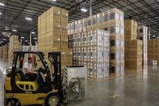 Unas cajas almacenadas y listas para su despacho en la planta de manufacturas de Whirpool en Cleveland, EEUU, ago 21 2013. La economía de Estados Unidos creció a un ritmo más veloz de lo esperado en el tercer trimestre debido a que las empresas reabastecieron sus almacenes, pero una desaceleración en el gasto del consumidor y en la inversión empresarial apuntaba a una debilidad subyacente. REUTERS/Chris Berry