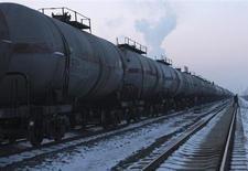 """истерны на станции у месторождения """"Дацин"""" компании PetroChina в провинции Хэйлунцзян 4 февраля 2009 года. Китай в октябре снизил импорт нефти до 13-месячного минимума в связи с праздничной неделей и профилактическим ремонтом на двух крупных НПЗ. REUTERS/Stringer"""