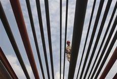 Рабочий идет по трубам нефтепровода в Суйнине, КНР 22 октября 2009 года. Цены на нефть Brent снижаются в связи с падением импорта нефти в Китае в октябре. REUTERS/Stringer