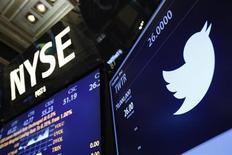 Логотип Twitter на торгах Нью-Йоркской фондовой биржи 7 ноября 2013 года. Акции Twitter Inc подскочили на 73 процента в первый день торгов после IPO, взвинтив рыночную стоимость семилетней сети микроблогов до $25 миллиардов и напомнив рынку о пузыре доткомов начала века. REUTERS/Lucas Jackson