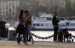 Пара танцует на берегу реки Москвы в Парке Горького 8 октября 2011 года. Непривычно теплая для ноября погода останется в Москве на выходных, ожидают синоптики. REUTERS/Sergei Karpukhin