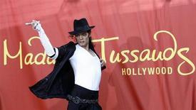 Восковая фигура Майкла Джексона в Музее Мадам Тюссо в Голливуде, Калифорния, 27 августа 2009 года. Merlin Entertainments, одним из активов которого является всемирно известный музей восковых фигур Мадам Тюссо, разместил акции в ходе IPO в верхней части диапазона и привлек 957 миллионов фунтов стерлингов, включая деньги для компании. REUTERS/Mario Anzuoni